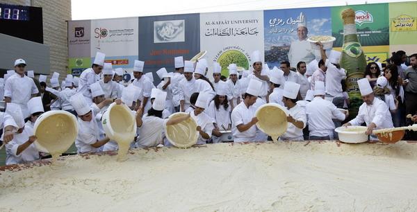 Для приготовления самого большого хумуса в мире было привлечено более 300 поваров, поэтому   пришлось его выпекать в спутниковой тарелке. Фото: ANWAR AMRO/AFP/Getty Images