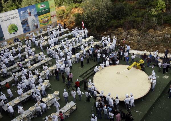 Для приготовления самого большого хумуса в мире было привлечено более 300 поваров, поэтому   пришлось его выпекать в спутниковой тарелке, используя робота-манипулятора. Фото: ANWAR AMRO/AFP/Getty Images