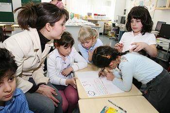 Учитель с детьми. Фото с livejournal.com