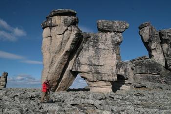 Валентин Ефремов возле Каменных Великанов, образующих Врата Силы. Фото предоставлено Валентином Ефремовым