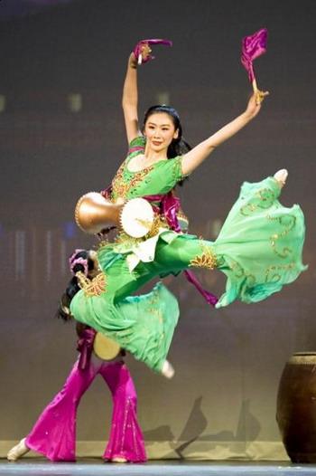 Китайский классический танец с барабанами в исполнении Мишель Жень. Фото: The Epoch Times