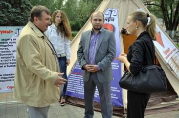 Сергей Есин возле чума дает интервью. Фото с сайта esinsu.ru