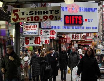 Люди проходят мимо сувенирных магазинов на Таймс-Сквер в Нью-Йорке. Расположение и близость транспорта являются первостепенными при выборе торгового места для любой розничной торговли. Фото: Спенсера Плэтта/ Getty Images