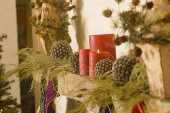 Каминные полки, украшенные свежей зеленью и свечами.Фото с сайта Photos.com