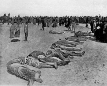 Опознание трупов людей, замученных большевиками в Евпатории.  Всего за три дня, с 15 по 17 января 1918 г. здесь было убито и утоплено не менее 300 человек. Фото предоставлено Д. Соколовым