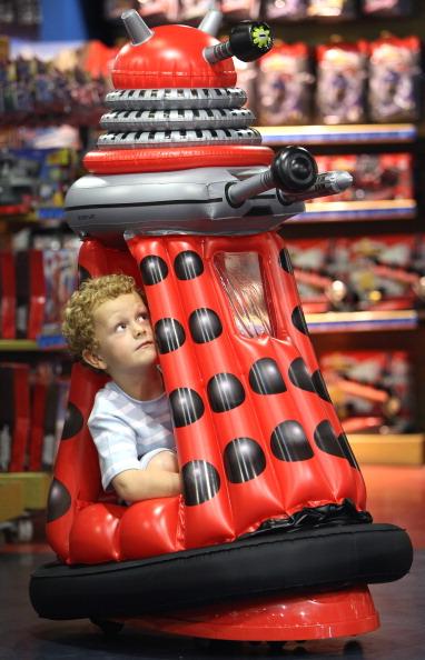 В Лондоне, 28 июня в знаменитом магазине игрушек Hamleys выставлена новая коллекция рождественских игрушек. Фото: Дэн Китвуд/Getty Images