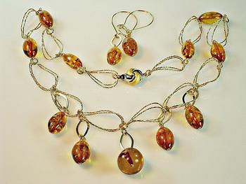 Изделия из янтаря и серебра, сделанные дизайнером Беллой Трандиной. Фото с сайта  picasaweb.google.ru