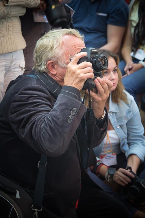 Павел Михайлович Маркин в поисках интересного ракурса. Фото сделано на фотофестивале