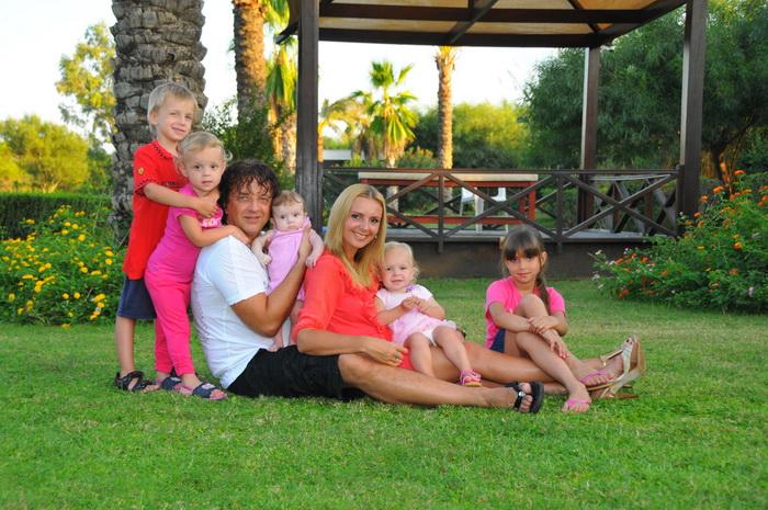 Российский музыкант, певец и композитор Роман Жуков со своей женой и детьми. Фото предоставлено Романом Жуковым