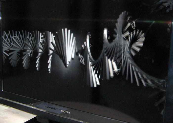 Молодые дизайнеры Е. Чёрный и Я. Беркут представили объект IT-искусства, назвав его: «Дань моде. Бессмысленно, безыдейно, но красиво». Фото: Татьяна Серебрякова/Великая Эпоха (The Epoch Times)