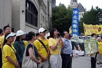 Последователями Фалуньгун было выдвинуто требование освободить заключенных последователей, в том числе 12 членов семей граждан Канады. Фото с minghui.org