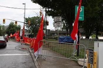 Проливной дождь разогнал приветствующих китайскую делегацию. Фото с minghui.org