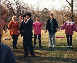 Швеция, Гетеборг. Мастер Ли Хунчжи обучает упражнениям Фалуньгун. Фото: Великая Эпоха