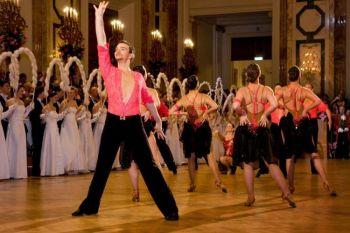 Выступление танцоров, исполняющих бальные танцы, помогает присутствующим настроиться на бальную ночь. Фото: Arztekammer fur Wien /Стефан Силиг