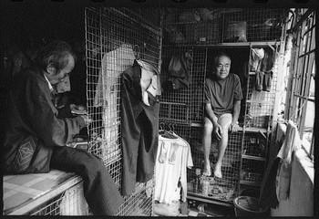 Проволока к проволоке: для стареньких жителей клеточных квартир соседи зачастую - единственный социальный контакт в их жизни. Фото: Misereor