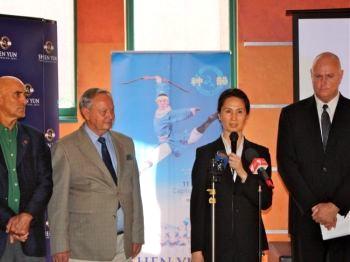 (Слева направо) Государственный сотрудник Йен Коэн, д-р Гордон Мойес, Вина Ли и Джон Деллер на пресс-конференции в Капитолийском театре 21 февраля. Фото: The Epoch Times
