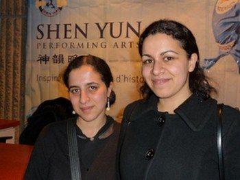 Мириам Эль Гуфи, асcистент отдела культуры Регионального Совета Оверни, с сестрой Фатимой на представлении Shen Yun 8 марта в Клермон Ферране во Франции. Фото: Ханна Жмитко /The Epoch Times