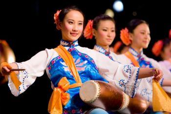 Артисты труппы Shen Yun исполняют танец барабанщиков. Фото любезно предоставлено компанией Shen Yun Performing Arts