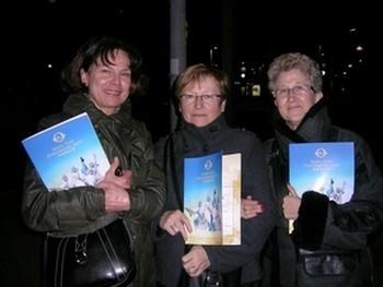 Три подруги на представлении Shen Yun. Фото: Занг Юе /The Epoch Times