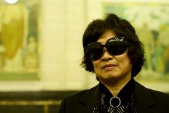Чтобы ее не узнали, Хе Сук Ким надела большие солнцезащитные очки. Фото: Великая Эпоха