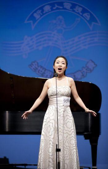 Выступление Тан Синсим (сопрано) в полуфинале Международного китайского конкурса вокалистов 2010 года, проводимого NTDTV, в субботу, 21 авг.  Она получила  золотую награду  конкурса (10 000 $) за лучший женский вокал. Фото: Эдвард Дай/The Epoch Times