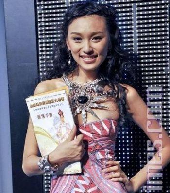 Супермодель Луиза Уонг высоко ценит усилия телевидения NTDTV, по возрождению традиционного дизайна одежды времен династии Хань, в третьем международном конкурсе дизайнеров Ханьфу. Фото: Куан Tяньмин / Великая Эпоха