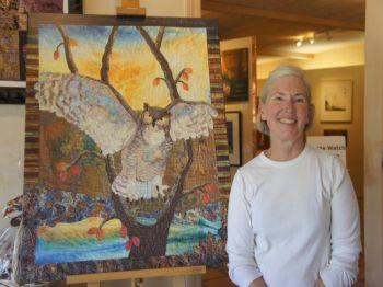 Мэри Парсонс показывает одно из стеганых одеял, которое выставлено в ее дегустационном зале/галерее. Фото: Beverly Mann