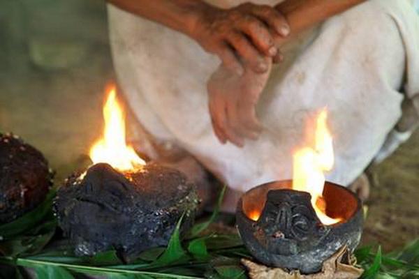 Дым поднимается вверх и уносит его монотонные молитвы к богам на небеса. Фото: Jutta Ulmer
