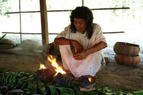 Шаман разжигает смолу копал в божественной чашке. Фото: Jutta Ulmer