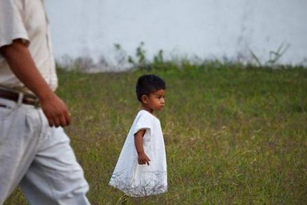 Ребенок в традиционной льняной одежде. Фото: Jutta Ulmer