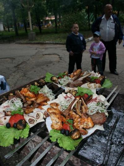 Их время еще придет, а пока повар ожидает судий. Фото: Оксана ХАН. Великая Эпоха