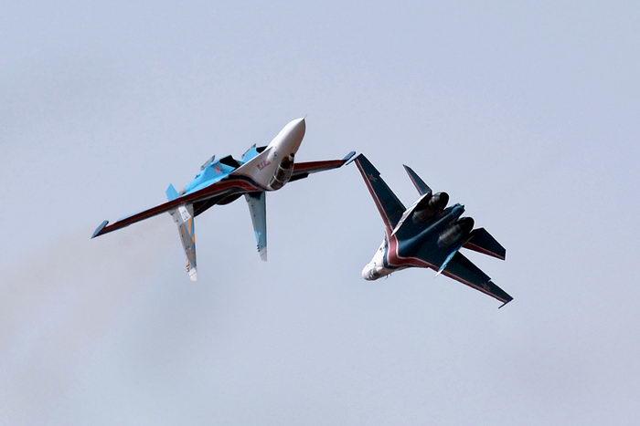 «Русские витязи» показали высший пилотаж в небе над Бангалором. Фото: Manjunath Kiran/AFP/Getty Images