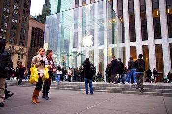 Доходы Apple удвоились за счет продаж iPhone и iPad. Фото: Бенджамин Частин/Великая Эпоха