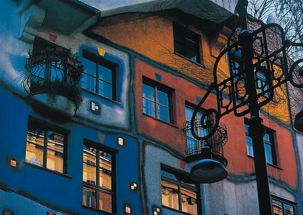 Над каждым окошком Дома Хундертвассера  изображена корона. Фото с сайта http://www.archandarch.ru