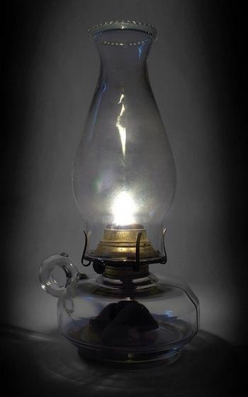 Старомодные масляные лампы являются хорошей альтернативой дорогим освежителям воздуха. Фото Stock Xchng