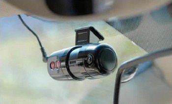 Авторегистратор. Фото с сайта http://www.autoshcool.ru/2398-kak-vybrat-avtomobilnyy-videoregistrator.html