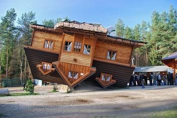 Перевернутый дом в Шимбарке. Фото с сайта yandex.ru