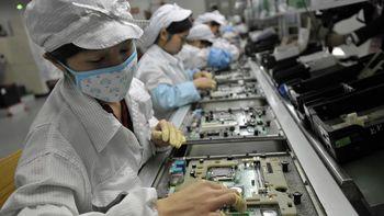 Сборочный конвейер Foxconn. Фото: STR / AFP / GettyImages