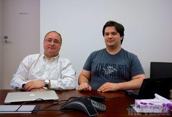 Исполнительный директор Mt.Gox Марк Керпелес и директор по маркетингу, журналист и блогер Гонзага Гей-Бушри в офисе компании. Сибуя, Токио. Фото: THEVERGE.COM