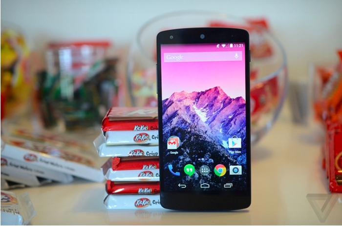[23:32:43] Георгий Богачев: Сладкая парочка Nexus 5 и талисман Android 4.4 — шоколадный батончик KitKat. Фото: theverge.com