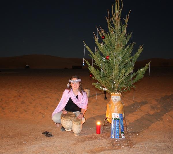 Африка в Новый Год.  Новый год в пустыне Сахаре с ёлкой из Латвии. Фото: Таня Игауне