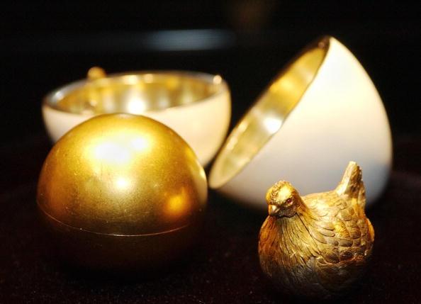 """Пасхальное яйцо Фаберже """"Яйцо с курицей"""" (Первое яйцо). Фоторепортаж. Фото: STAN HONDA/AFP/Getty Images"""
