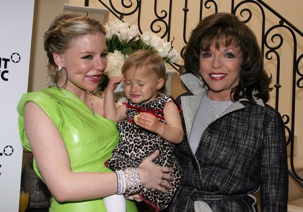 умерла наследница компании Johnson&Johnson - Кейси. Кэйси Джонсон  с дочкой Эвой и актрисой Джон Коллинс. Фото: Valerie Macon/Getty Images