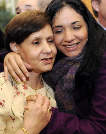 Улыбаться  людям. Мама с дочкой. Фото: BERTRAND GUAY/AFP/Getty Images