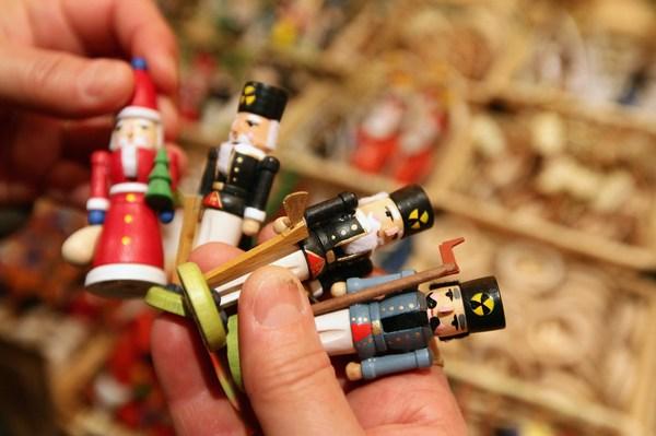Обрадуйте ребенка интересной игрушкой. Фото: Sean Gallup/Getty Images