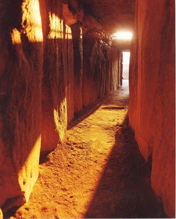 Ньюгрейндж:  свет в конце туннеля  Проход,  освещенный солнцем в день зимнего солнцестояния  в Ньюгрейндже, графство Мит, Ирландия. Фото предоставлено Управлением общественных работ Ирландии