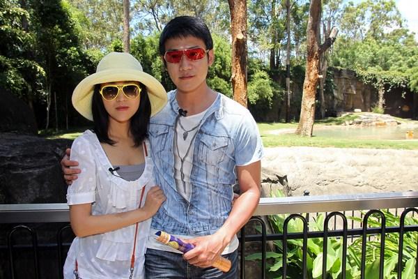 Китайские кинозвезды Лу Ий (Lu Yi) и Леи Bao (Bao Lei посетили Бенгальского тигра в парке «Сказочная страна» 11 февраля 2010 в Голд-Косте, Австралия.  Фото:  Bradley Kanaris/Getty Images