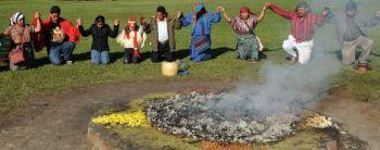 Право на жизнь для народов майя. Мужчины и их семьи принимают участие в майяской церемонии в городе Гватемала 27 декабря, чтобы ознаменовать годовщину мирного соглашения, которое положило конец гражданским войнам  в стране в 1960-90 годы.  Фото: Johan Ordonez/AFP/Getty Images