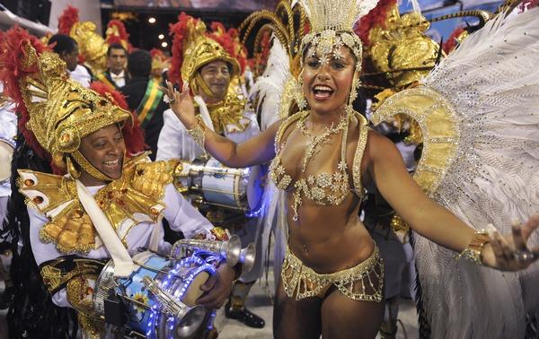 В Рио-де-Жанейро начался знаменитый карнавал. Фото:  ANTONIO SCORZA/AFP/Getty Images