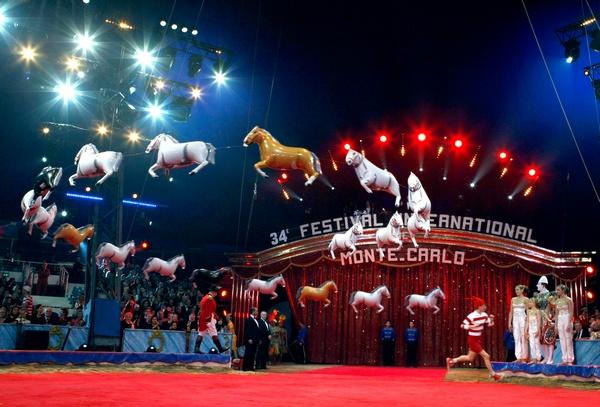 Французский артист цирка Кристоф Лойзен. Фото:  ERIC GAILLARD/AFP/Getty Images
